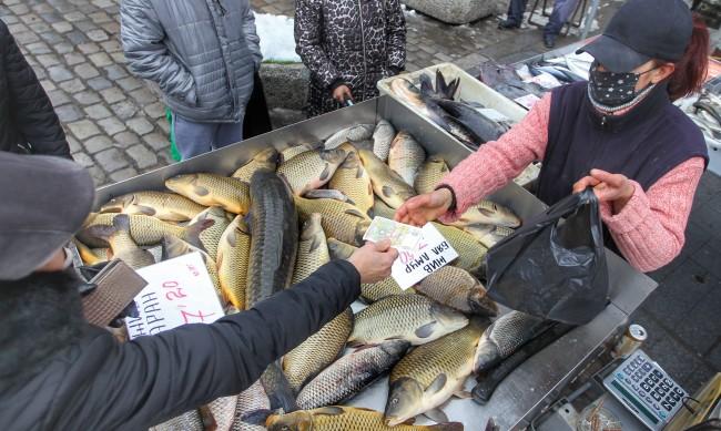 Дни преди Никулден: Най-търсената риба е шаранът