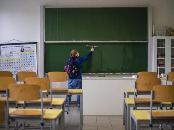Чехия стартира програма за тестуване за коронавирус на учителите. Това
