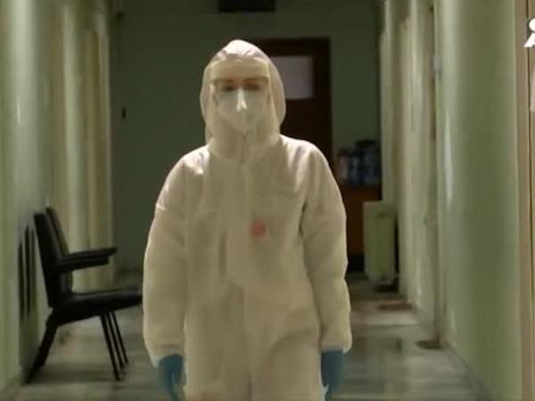Студентка по медицина се бори на първа линия с вируса.