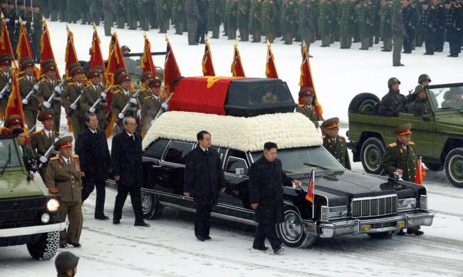 Ким Чен Ун почете годишнината от смъртта на баща си