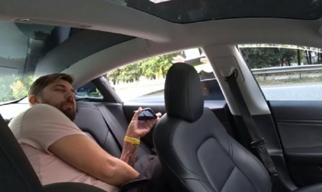 Tesla превишава скоростта на пътя, а шофьорът... на задната седалка