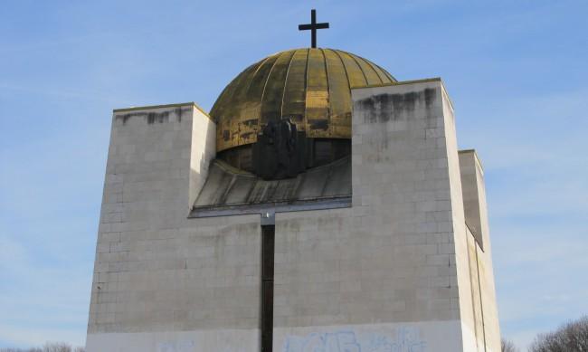 Младежи изпочупиха осветлението на Пантеона на възрожденците