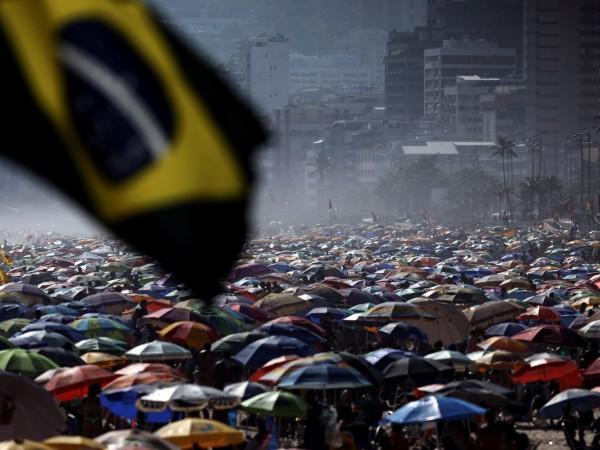 Снимка: БГНЕСОгромни тълпи от туристи изпълниха плажовете в Рио де