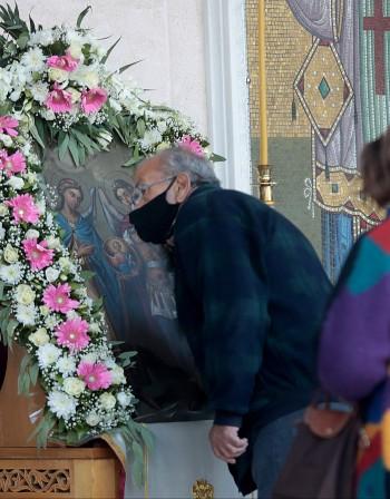 Гърците ще могат да отидат на коледна литургия