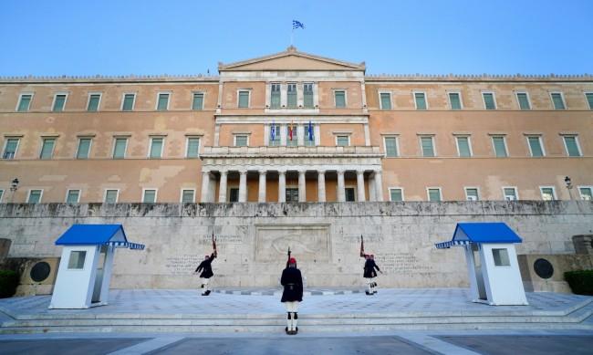 Болните в Гърция намаляват, но строгите мерки остават