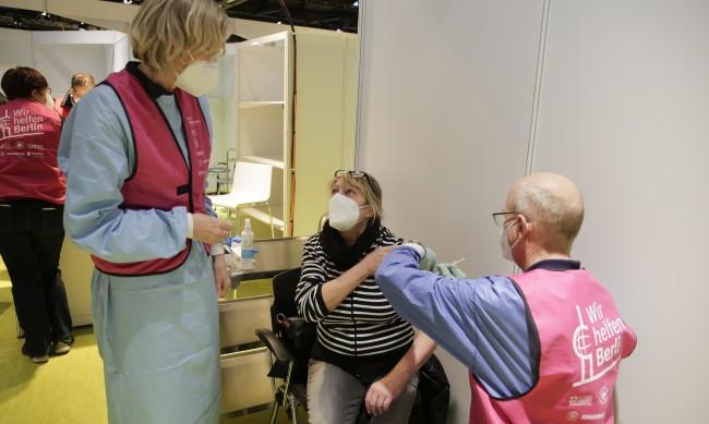 В Берлин ваксинираха 101-годишен, в Бавария отложиха