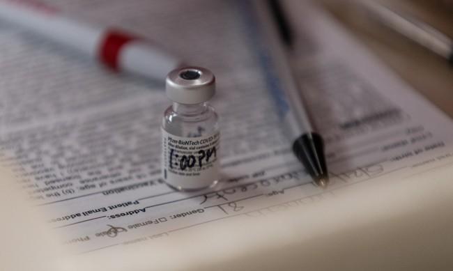 CNN: Ако искате да пътувате догодина, може да ви искат имунизационен паспорт