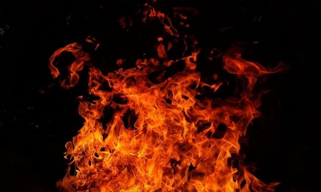 Джип, 6 коли и каравана горяха тази нощ в Благоевград