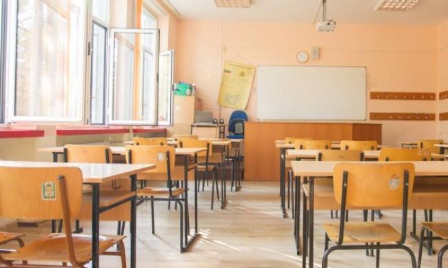 Малките ученици от 1 до 4 клас се връщат в класните стаи