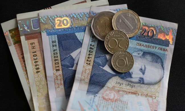 Страхът за доходите ще определя покупките, растеж - от 2022-а