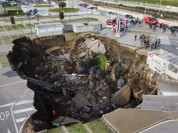 Снимка: БГНЕСОгромен кратер се отвори днес сутринта на паркинг на