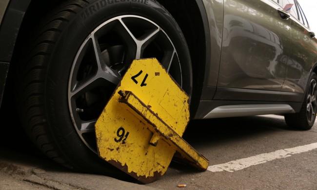 Автомобил на частен паркинг повече от месец е с поставена скоба