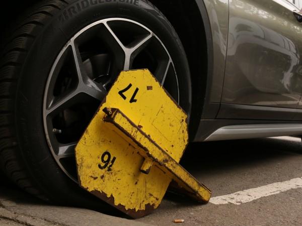 Автомобил на частен паркинг във Варна вече повече от месец