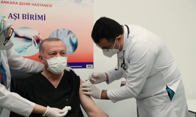И Ердоган се ваксинира срещу COVID-19 на живо по телевизията