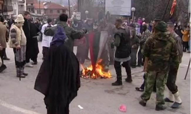 В Македония издирват мъжа, запалил българското знаме