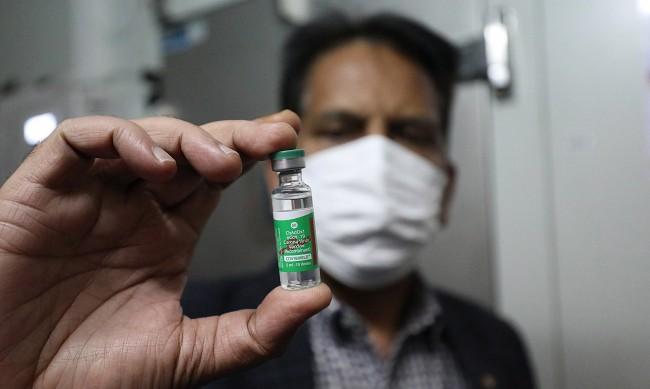 """Индия стартира """"най-масовата ваксинация в света"""""""