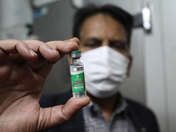 Индия започна да ваксинира днес срещу COVID-19 здравните си работници,