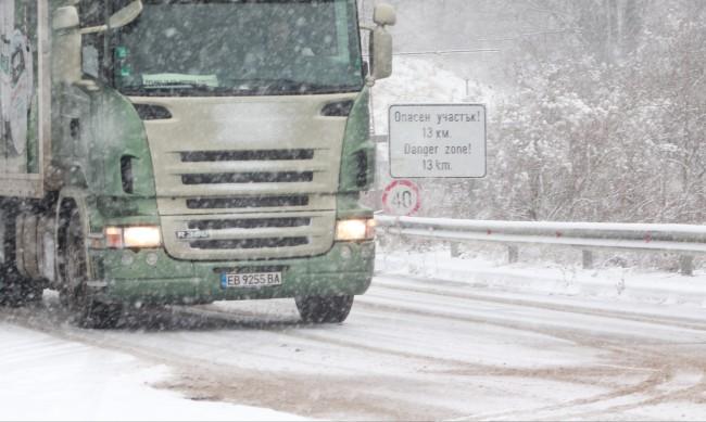 Сняг и лед пратиха три коли в дере край Сандански
