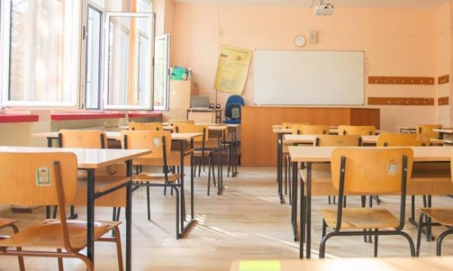 Учениците в класните стаи през февруари, датите на матурите без промяна