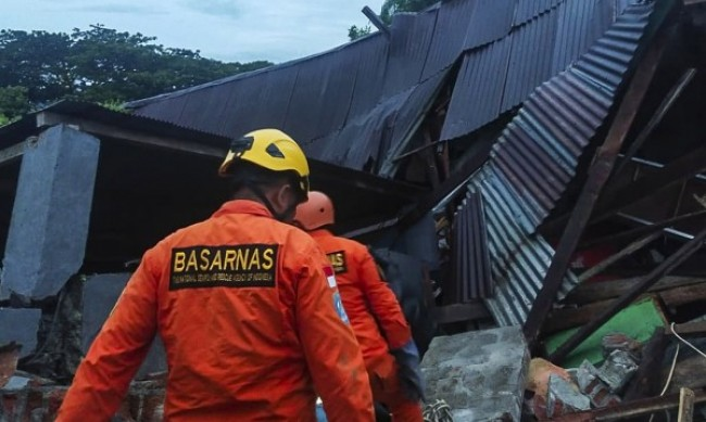 Расте броят на загиналите при земетресението в Индонезия