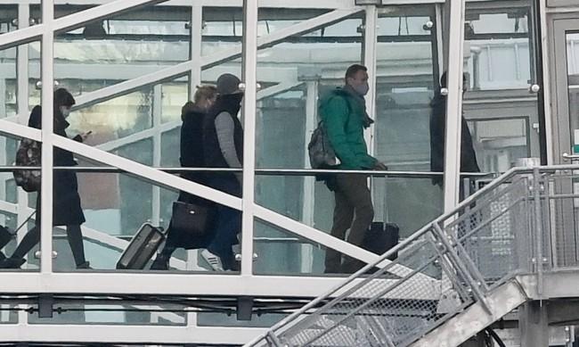 """У дома: Самолетът на Навални кацна на """"Шереметиево"""""""