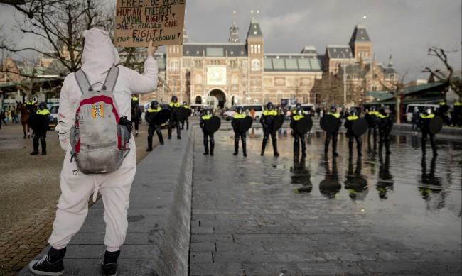 Хиляди на протест в Амстердам срещу мерките