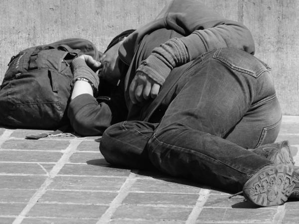 Бездомни, които търсят помощ в кризисния център в София, който