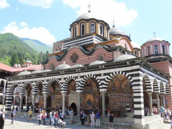 Сайтове-фантоми използват български манастири в продажбата на амулети за богатство.