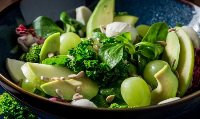 Рецептата Dnes: Салата с авокадо, къдраво зеле и грозде