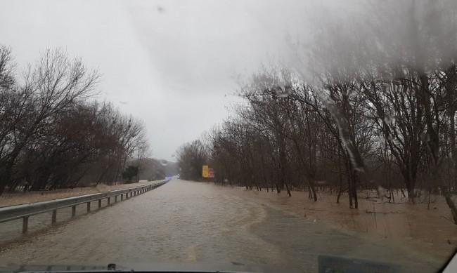 Наводнен участък затвори главния път Смолян - Пловдив