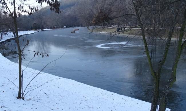 """Езерото в парк """"Бачиново"""" над Благоевград замръзна"""