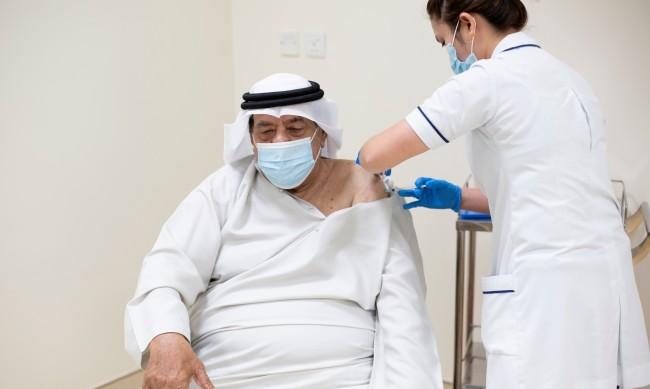 Как богатите семейства летят до Дубай, за да получат ваксина срещу COVID-19?