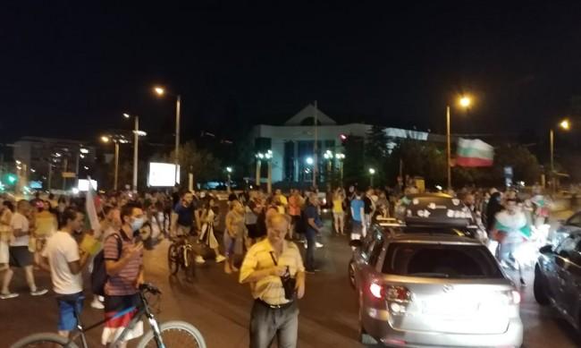 """Двама протестиращи, удряли кола на """"Ситняково"""" - с обвинения"""