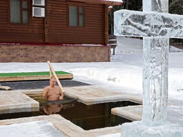 Руският президент Владимир Путин влиза в студените води за да
