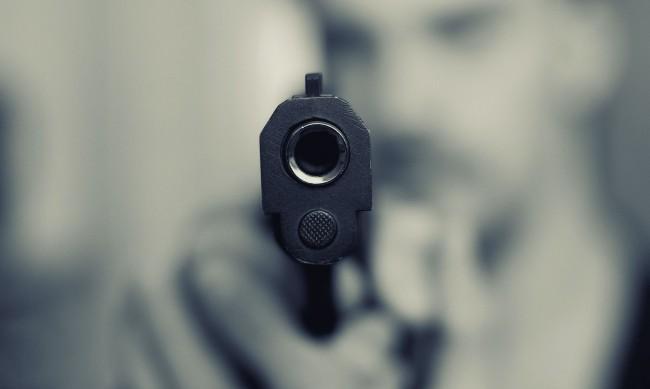 Мъж заплаши с пистолет младежи, шофирали зад него