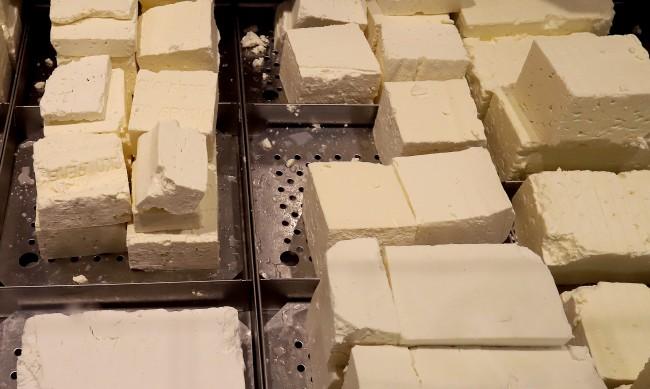 Откриха 600 кг сирене с изтекъл срок, готово било за продажба