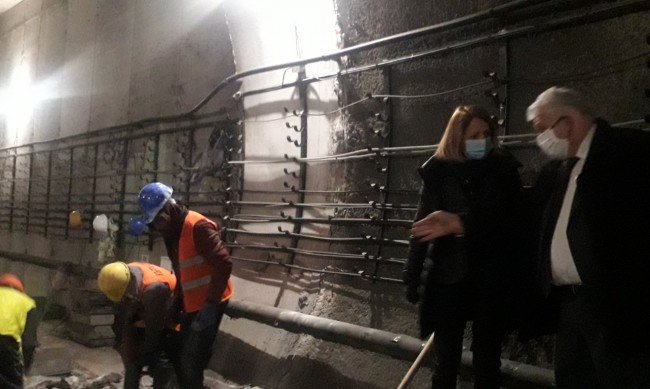 Релсите в метрото се надигнали заради подземни води?