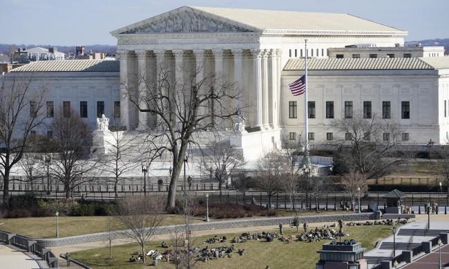 Евакуираха Върховния съд на САЩ заради сигнл за бомба