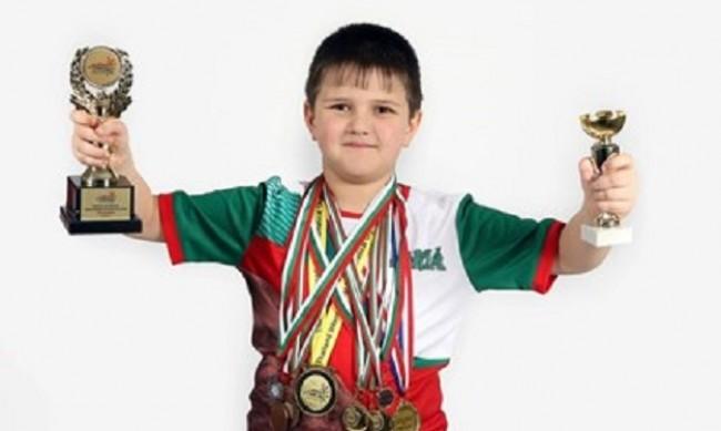 Данчо е на 10 и в дома му блестят десетки медали по математика