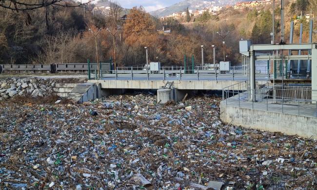 Боклукът край ВЕЦ-Своге замръзна, половината е изчистен
