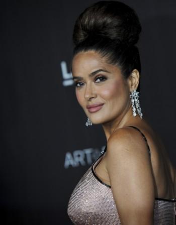 Годините не ѝ личат: Салма Хайек пак позира по бански