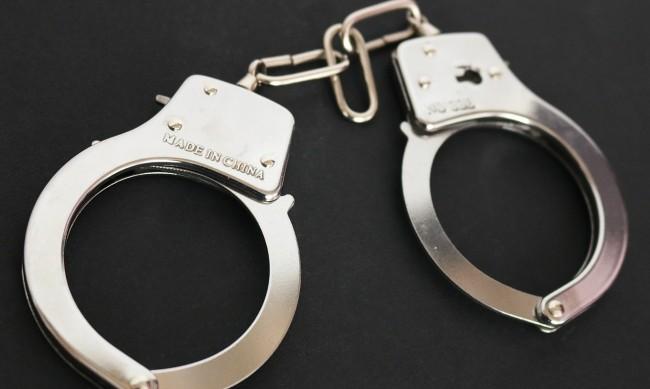 Трима в ареста, качили се на паметник заради селфи