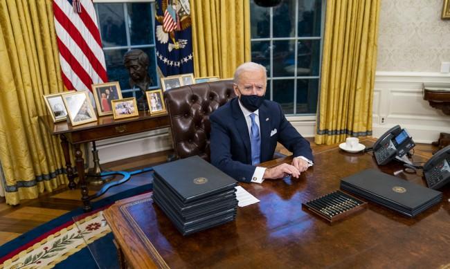 "Тръмп оставил ""великодушно"" писмо за Байдън в Овалния кабинет"