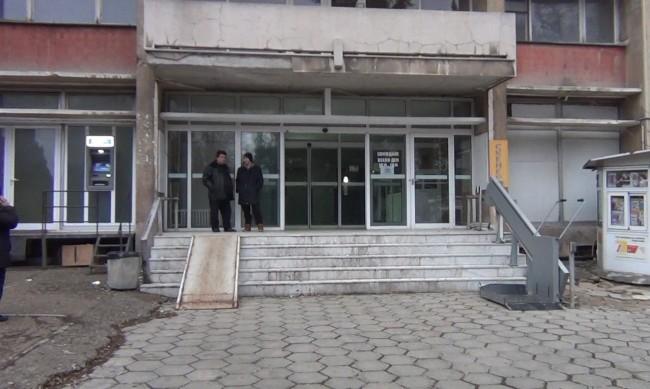 Крадци задигнаха покрива на държавна болница в Стара Загора
