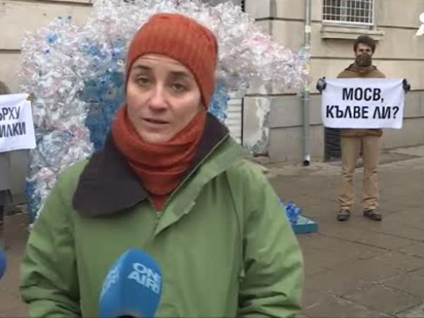 Инсталация от пластмасови отпадъци, която символизира вълна, посрещна служителите на