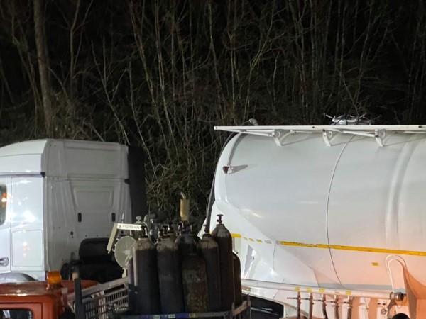 Тежкотоварен автомобил с цистерна е катастрофирал на пътя Шумен -