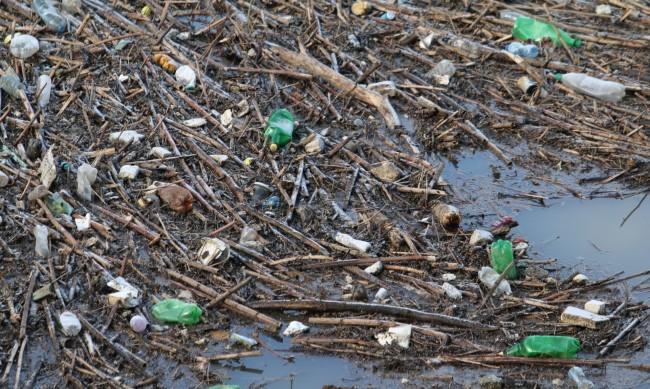 Ръчно събират отпадъците от сметището край р. Струма