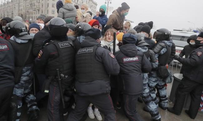 Рекорд! Русия арестува близо 3500 души на протестите за Навални