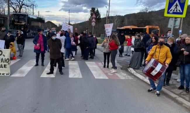 Протестиращи от Панчарево блокираха пътя Самоков - София