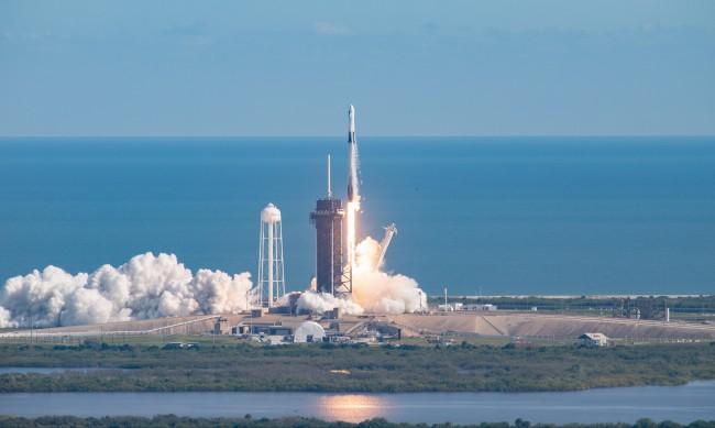 SpaceX изведе 143 търговски и държавни спътници в орбита